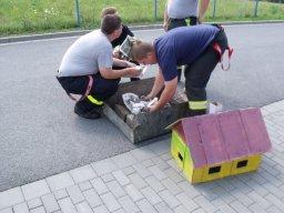 16. 7. 2011  Zpestření svatby hasiče a hasičky u kostela v Darkovicích